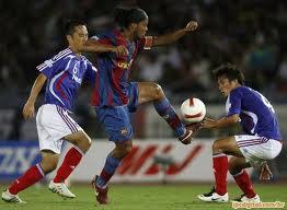 Ronaldinho foi considerado o melhor jogador do mundo em duas ocasiões vestindo a camisa do Barcelona com dribles incríveis.