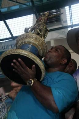Tinga levantou a Sapucaí e se consagrou como o grande intérprete do Carnaval 2013.