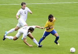 Neymar foi revelado pelo mesmo Santos do maior jogador de todos os tempos, Pelé. Santos que também revelou Robinho, autor das pedaladas.
