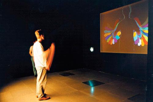 Figura 6: Videoplace, Myron Krueger, 1974-75 Fonte: http://www.inventinginteractive.com/2010/03/22/myron-krueger/