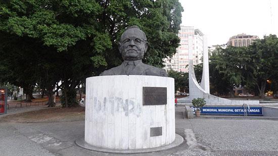 Figura 7: O busto de Getúlio Vargas, localizado na Praça Luís de Camões (Glória, Rio de Janeiro) Fonte: arquivo alinecouri