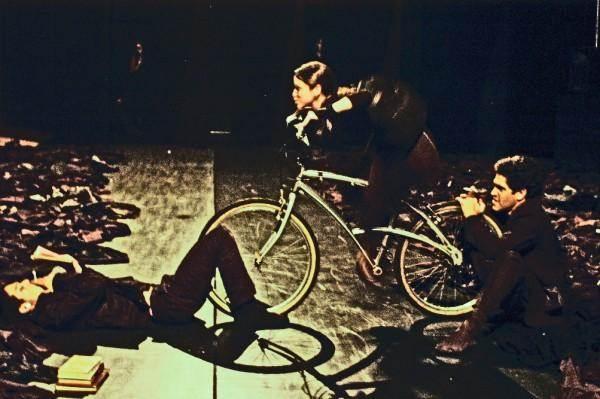 Cena do espetáculo Formas breves. Marcela Oliveira, Danilo Oliveira e Fernando Azambuja. http://www.myspace.com/bialessa/photos/13678843#a=0&i=13678843