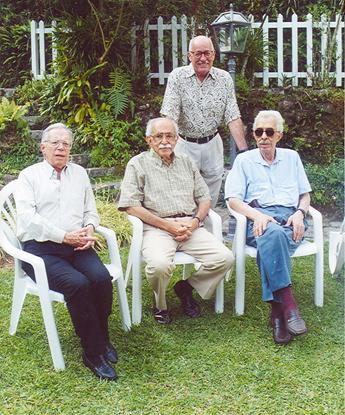 Alguns dos antigos integrantes da revista Edifício com o autor do artigo: sentados, Wilson Figueiredo, Autran Dourado e Jacques do Prado Brandão; de pé, Silviano Santiago