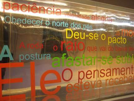 """Roberto Corrêa dos Santos. """"Últimas notas sobre o Grande Vidro"""", 2010 (instalação)"""