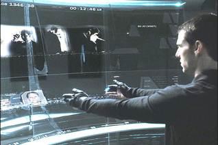 Figura 2: Tom Cruise interage com o sistema por meio dos gestos em <i>Minority Report</i>.