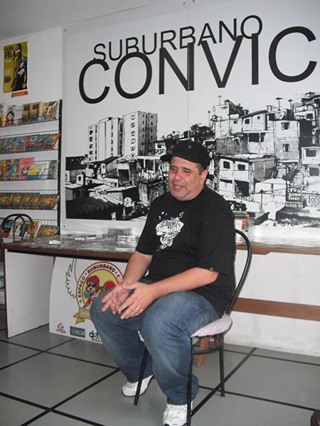 Figura 3: Alessandro Buzo em sua livraria Suburbano Convicto (foto: Marilda Borges)