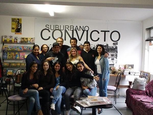 Figura 5: Grupo de pesquisadores em literatura com o entrevistado Alessandro Buzo (foto: Marilda Borges)