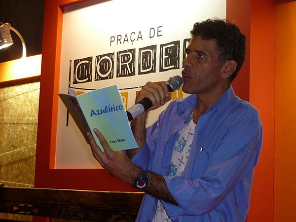 Figura 4: Ivan Maia declama poemas de seu livro <em>Azulírico</em> na Bienal do Livro de Salvador
