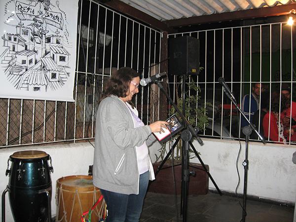 Figura 4: Poeta declamando no Sarau da Brasa
