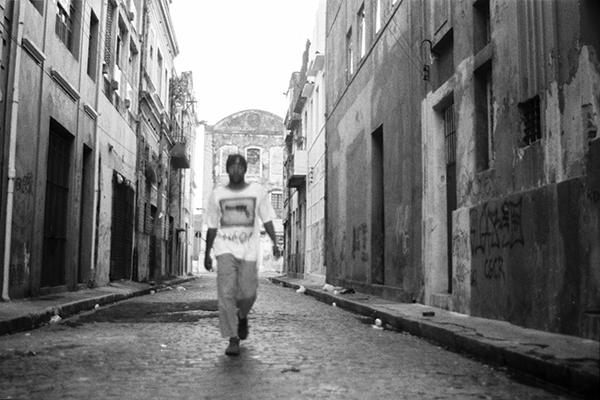 Figura 2: O poeta Miró da Muribeca (foto: Camilo Soares, do livro <em>Poesia, mesa de bar e goles decadentes</em>, 2012)