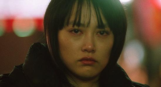 <strong>Figura 3 –</strong> <em>Chieko vaga sozinha pelas ruas de Tóquio, transtornada por questões afetivas, em episódio de</em> Babel.