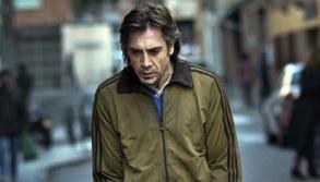 <strong>Figura 4 –</strong> <em>Uxbal intermedia mão de obra ilegal enquanto busca acomodação para seus filhos em Barcelona no filme</em> Biutiful.