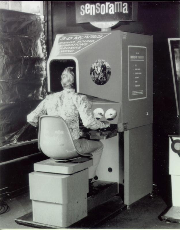 """<em>Sensorama, de Morton Heilig </em><em>/ </em><em>Fonte: Morton Heilig Website (</em><a href=""""http://www.mortonheilig.com/InventorVR.html"""">http://www.mortonheilig.com/InventorVR.html</a>)"""