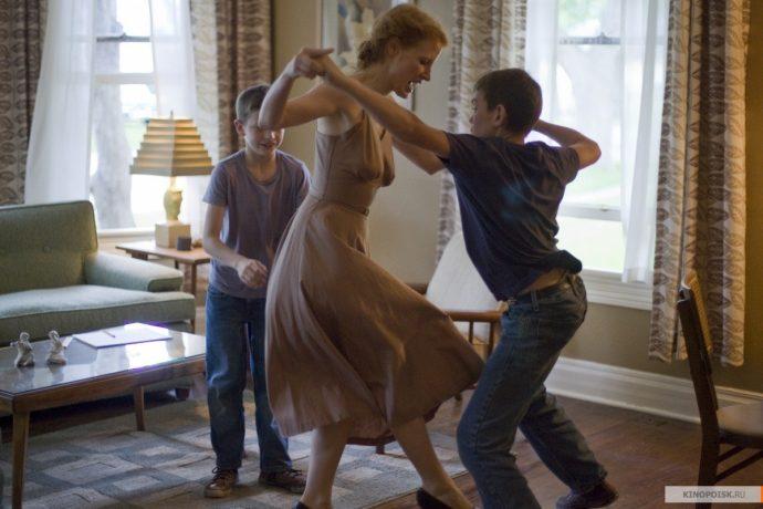 <em>Mrs. O'Brien (Jessica Chastain) em momento de brincadeira lúdica com os filhos em</em> A árvore da vida