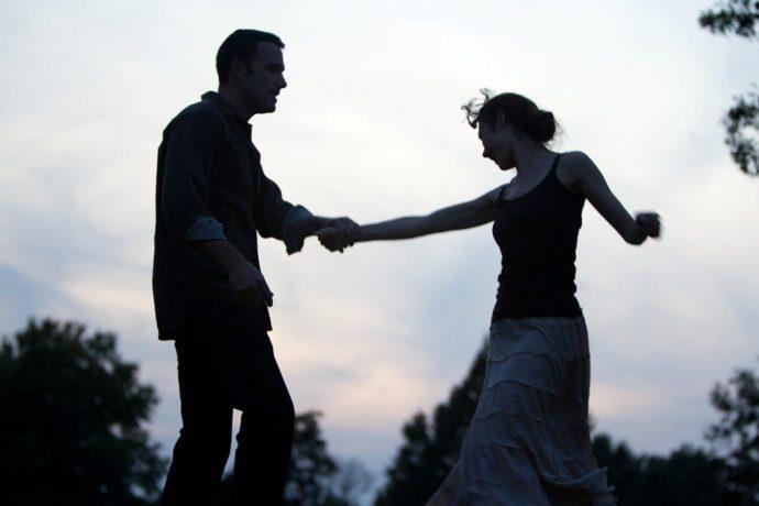 <em>Neil (Ben Affleck) e Marina (Olga Kurylenko): danças ingênuas a céu aberto em</em> Amor pleno