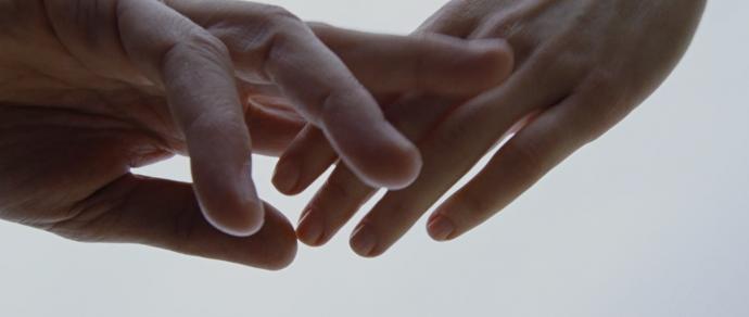 <em>Detalhe do toque das mãos de Neil (Ben Affleck) e Marina (Olga Kurylenko) em</em> Amor pleno
