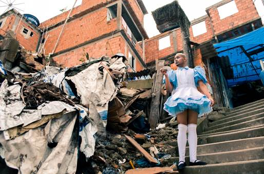 """Figura 4: Fotografia da série """"Alice e o chá através do espelho"""". Favela Santa Marta, Rio de Janeiro - RJ. Crédito: João Henrique Menezes, 2014"""