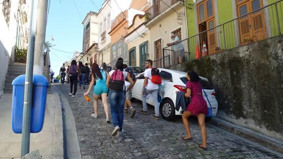 Foto 3 - Visitantes passeando no Morro da Conceição. Fonte: Claudia Holanda