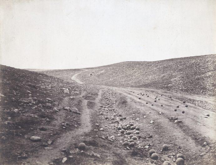 Vale da Sombra da Morte (1855), fotografia de Roger Fenton (1819-1869) que retrata um campo de batalha da Guerra da Crimeia: o palco desocupado. Há duas versões da foto, com e sem as balas de canhão.