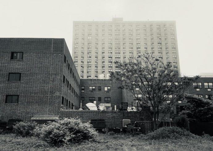 Moradia para Adultos Mermaid Manor (primeiro plano) e Friendset Apartments (segundo plano), Coney Island, 2020. Acervo pessoal.
