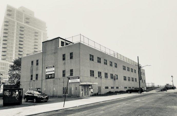 Conselho Comunitário Judaico da Grande Coney Island (primeiro plano) e empreendimento na Ocean Drive (segundo plano), 2020. Acervo pessoal.