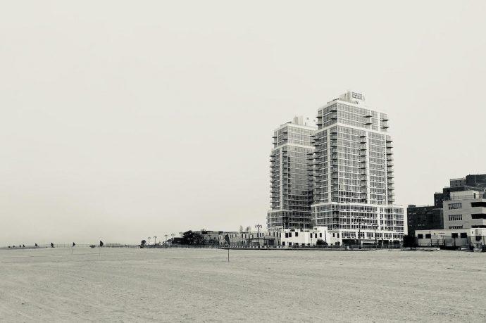 Empreendimento na Ocean Drive (centro) e Moradia para Adultos Oceanview Manor (direita), 2020. Acervo pessoal.