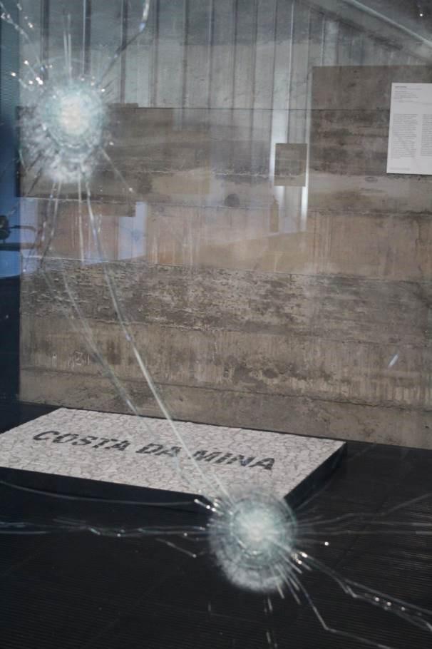 Figura 3: Registro fotográfico das obras Tempo suspenso de um estado provisório (2011-15), de Marcelo Cidade (em primeiro plano), e Costa da Mina (2018), de Jaime Lauriano. Produzido por Horrana de Kássia Santoz em 30 de janeiro de 2019.