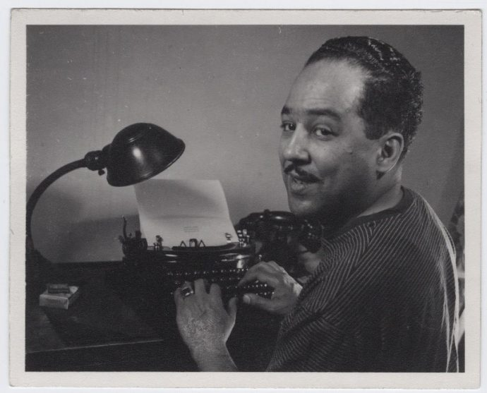Langston Hughes em sua máquina de escrever. Disponível em: https://beinecke.library.yale.edu/article/legacy-langston-hughes-lives-strong-fifty-years-after-his-death.