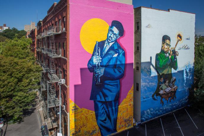 """Mural feito no Harlem, em Nova York, em homenagem ao artista de Jazz John Birks """"Dizzy"""" Gillespie. A obra é assinada por Marthalicia Matarrita e Brandan Bmike Odums."""