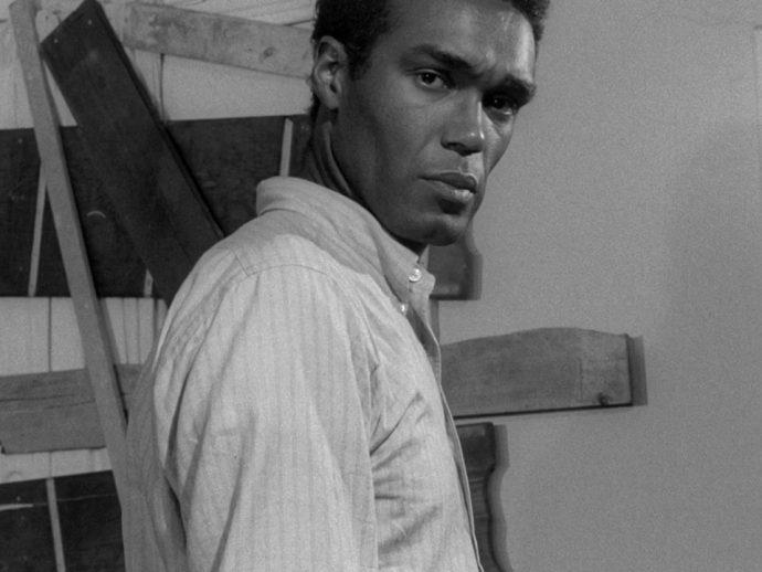 Duane Jones como Bem em A noite dos mortos-vivos, de George Romero (1968). (Domínio público)
