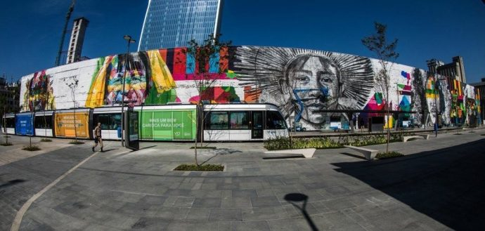 Figura 2: Boulevard Olímpico do Porto Maravilha, na região portuária, trabalho de Eduardo Kobra. Disponível em: https://diariodorio.com/o-maior-grafite-do-mundo-e-no-porto-maravilha-feito-pelo-kobra/.