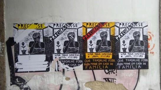 Figura 4: Há vagas (lambe-lambes em xilogravura, tinta guache e fitas adesivas, 96x66cm, 2017), Marcelo Oliveira, rua Primeiro de Março / Praça XV, RJ. Imagem fornecida pelo próprio artista.